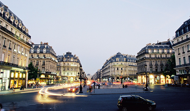 Avenue à Paris à la tombée de la nuit